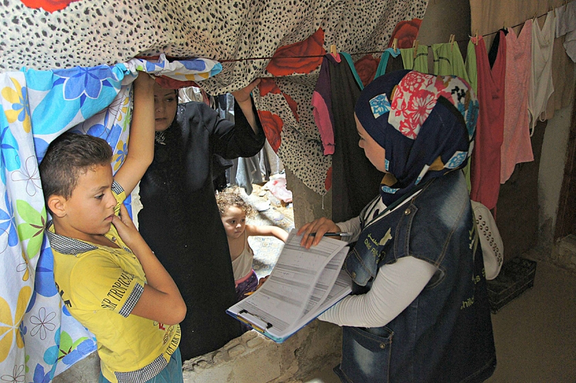 Een van de 750 vrijwilligers van Unicef bezoekt in Aleppo een gevluchte familie. Ze gaat van 'deur tot deur' om ouders ervan te overtuigen dat het ook nu belangrijk is om de kinderen naar school te laten gaan.  (UNICEF)
