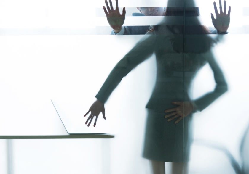 Een werkgever moet zelf aangeven dat het niet bij je werk hoort dat je moet kunnen omgaan met een opdringerige collega.  (istock)