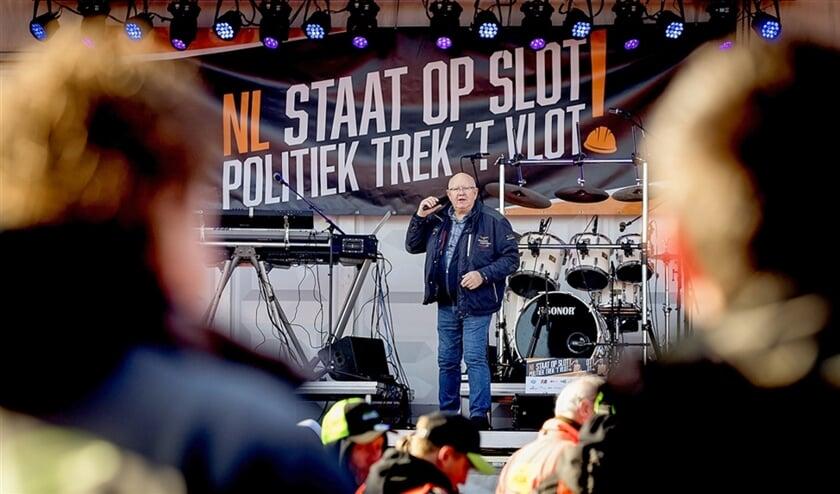Ook in de stikstofcrisis zie je de trias politica aan het werk. De bouwsector deed vorige week op het Malieveld een luidruchtig beroep op de politiek; de zingende vrachtwagenchauffeur Henk Wijngaard was erbij.  (anp / Koen van Weel)