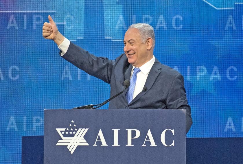 Zo zelfbewust als Netanyahu hier dinsdag in de VS ook wilde overkomen, zo beroerd is zijn positie op dit moment.  (ap / Ron Sachs)