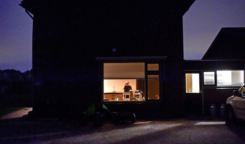 06.33 uur: Jos van der Aa neemt een slok water voor hij gaat melken.  (Marcel van den Bergh)