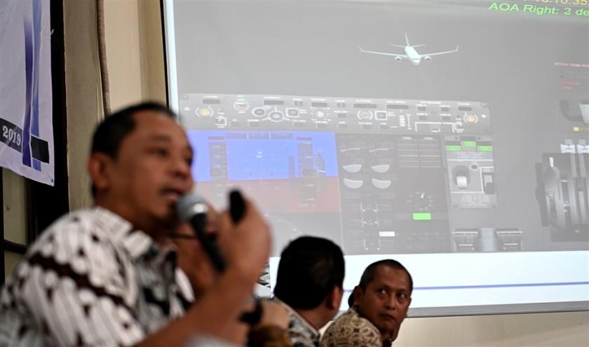 Onderzoeker Nurcahyo Utomo (l.) van de Indonesische commissie voor transportveiligheid licht tijdens een persconferentie in Jakarta toe wat er vorig jaar oktober misging bij de rampvlucht 610 van Lion Air.  (afp / Bay Ismoyo)