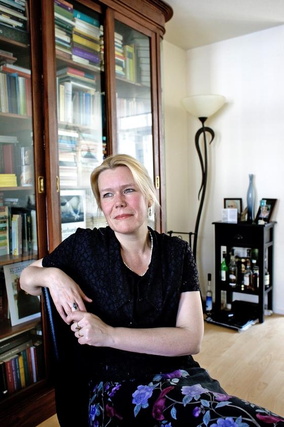 Désanne van Brederode in haar dichtbundel: 'Wat moet je met een gloednieuw leven?'  (Dick Vos)