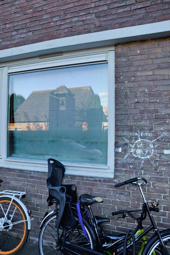 Het is goed om mededogen te hebben met de misbruikpleger en zijn naasten uit de Gereformeerde Kerk vrijgemaakt in Amersfoort-Oost (foto), maar dat hoeft zich niet te uiten in een privacy-deken rond de dader.   (Jaco Klamer)
