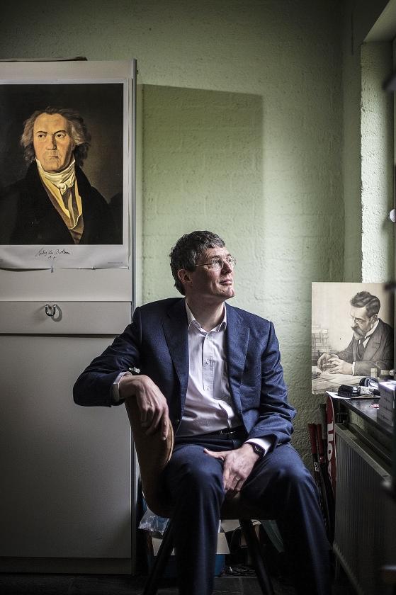 Links van Klaas Landsman een portret van Beethoven, een van zijn helden. Rechts een gravure van politicus Piet Aalberse (1871-1948), een overgrootvader van Landsman.   (Carel Schutte)
