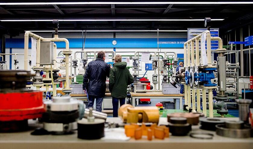 Een jongeren met interesse in techniek laat zich rondleiden op een open dag van de bedrijfsschool van Tata Steel in IJmuiden.  (anp / Koen van Weel)