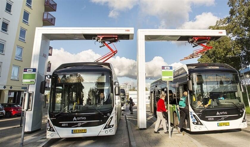 Bussen van Arriva laden op bij station Leiden De Vink via een zogenaamde pantograaf. In andere gemeenten steken chauffeurs een stekker in hun bus bij een laadpaal, zoals bij elektrische auto's.  (Arie Kievit)