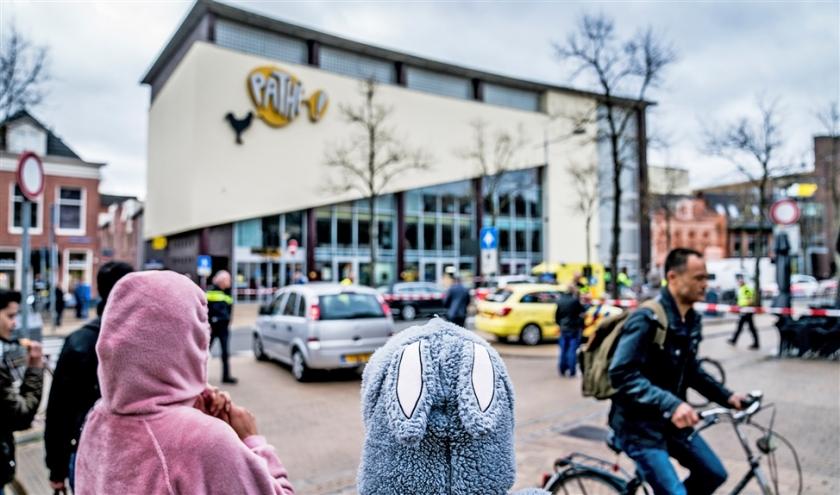 Zaterdag 26 oktober. Hulpdiensten bij de Pathé-bioscoop in Groningen, waar die ochtend twee mensen zijn doodgestoken.  (anp / Siese Veenstra)
