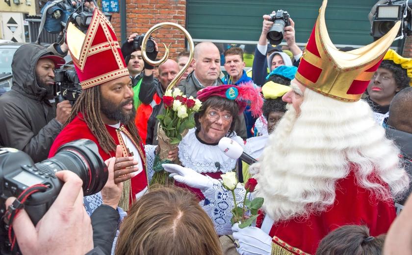 De 'nieuwe zwarte Sinterklaas' ontmoet de echte net na de intocht van de laatste in Maassluis.  De zwarte sint mocht aanvankelijk Maassluis niet in  (anp / Lex van Lieshout)