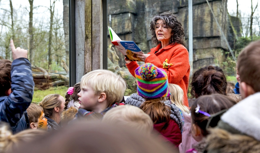 Presentatrice Diewertje Blok leest voor in Burgers' Zoo tijdens de Voorleesdagen in 2018.  (anp / Remko de Waal en nd)