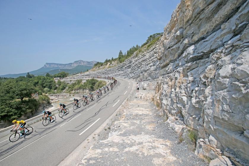 Archieffoto van het Tourpeloton dat de Mont Ventoux beklimt op 14 juli 2013. Ook dit jaar staat de kale berg op het programma voor de renners, opnieuw op de nationale Franse feestdag.  (ap / Christophe Ena)