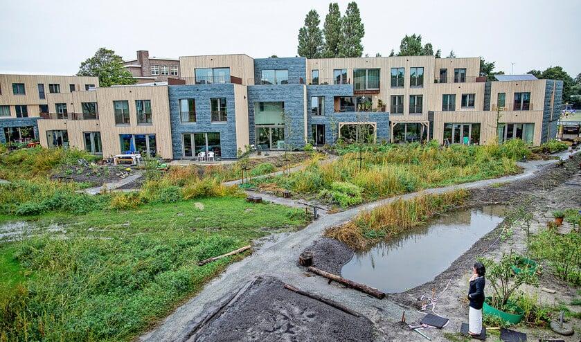 De binnentuin, nog in aanleg, vormt het hart van Groene Mient. De energie komt uit zon en bodemwarmte. Er zijn geen gasaansluitingen.  (Freek van den Bergh)