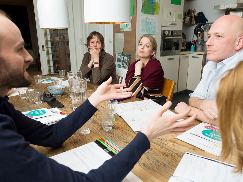 Cursisten bespreken thuis bij coach Max Kloosterman van de Stichting KlimaatGesprekken (rechts) hoe ze hun gedrag kunnen vergroenen.  (Ivo van der Bent)