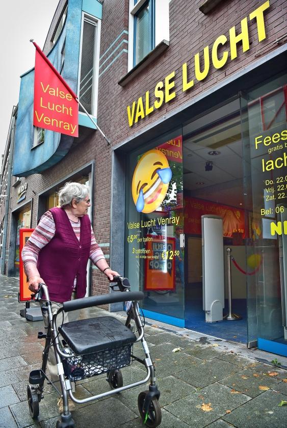 Naar de lachgaswinkel in Venray wordt vooral nog veel gekeken.  (Marcel van den Bergh)