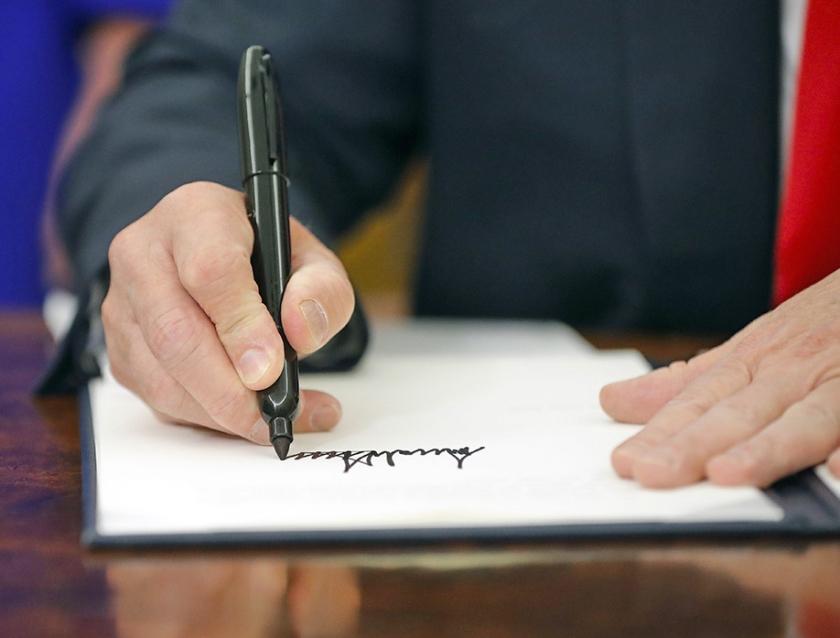 Ingezonden brief: Wordt de handtekening van Trump steeds groter?