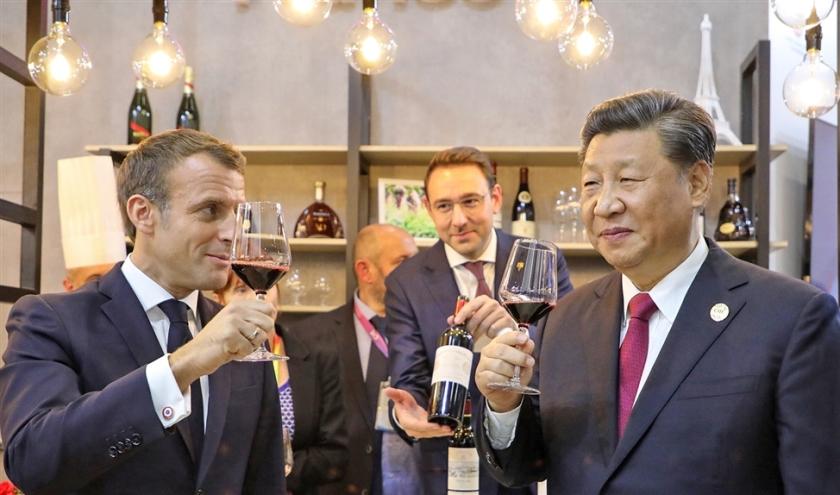 De Franse president Emmanuel Macron profiteert van de 'handelsvrede', op bezoek in Shanghai voor de Import Expo.  (afp / Ludovic Marin)