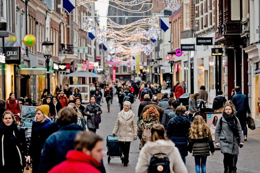 Na een aantal negatieve jaren lijkt het tij te keren voor de winkelgebieden in de grote steden. In kleinere gemeenten blijft het lastig voor de detailhandel.  (anp / Robin van Lonkhuijsen)