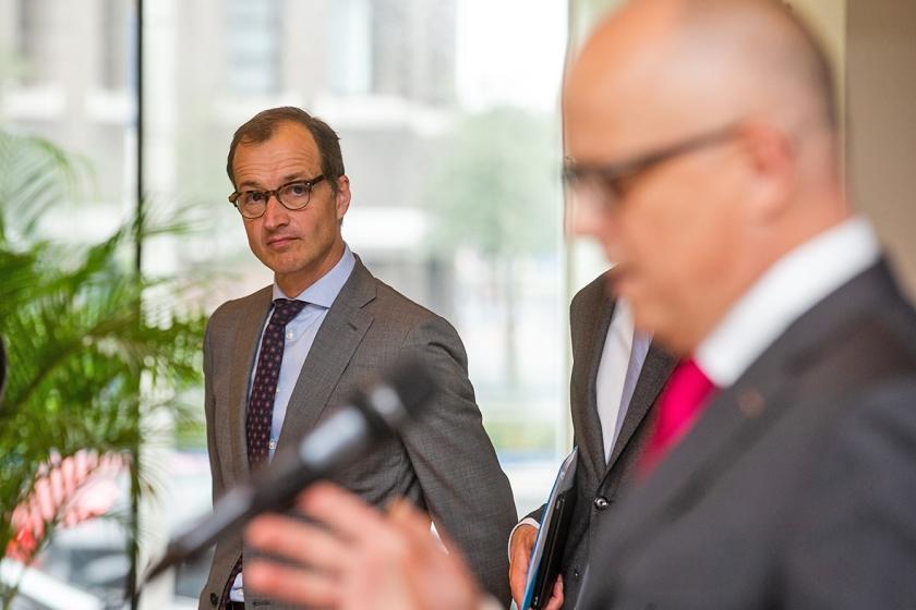 Minister Eric Wiebes (Economische Zaken) luistert naar Rolf de Jong, Benelux-directeur van ExxonMobil.  (anp / Alexander Schippers)