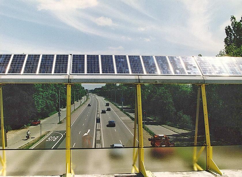 In Nederland is het allereerste geluidsscherm voorzien van zonnepanelen, geplaatst in 1995, langs de A27 ter hoogte van de Biltse Straatweg.  (anp / Cor Mulder)