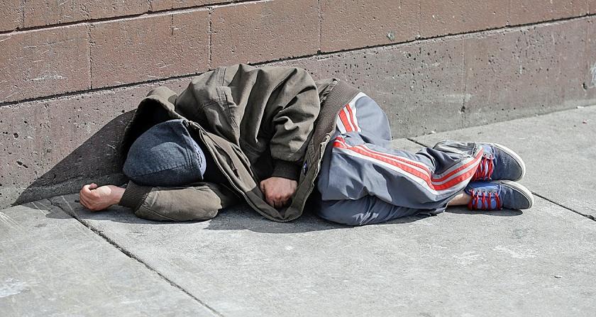 In Salt Lake City ligt een zwerver op straat te slapen, vlak bij een opvangcentrum voor daklozen. 'De inkomens- en welvaartsverdeling in de VS is steeds ongelijker en de armoede neemt toe', aldus het IMF.  (ap / Rick Bowmer)
