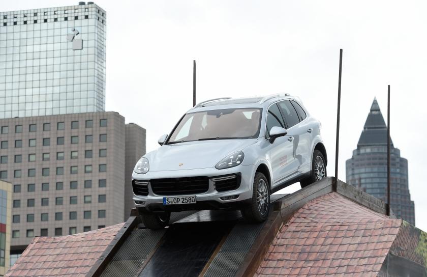 De Porsche Cayenne, hier op een SUV-parcours van de autobeurs in Frankfurt, zou ook zijn voorzien van software die emissietests om de tuin kan leiden.  (ap / Jens Meyer)