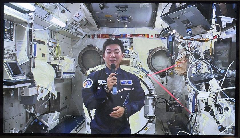 Een Japanse astronaut spreekt vanuit het internationale ruimtestation ISS journalisten toe op een persconferentie in Tokio, afgelopen augustus.  (ap)
