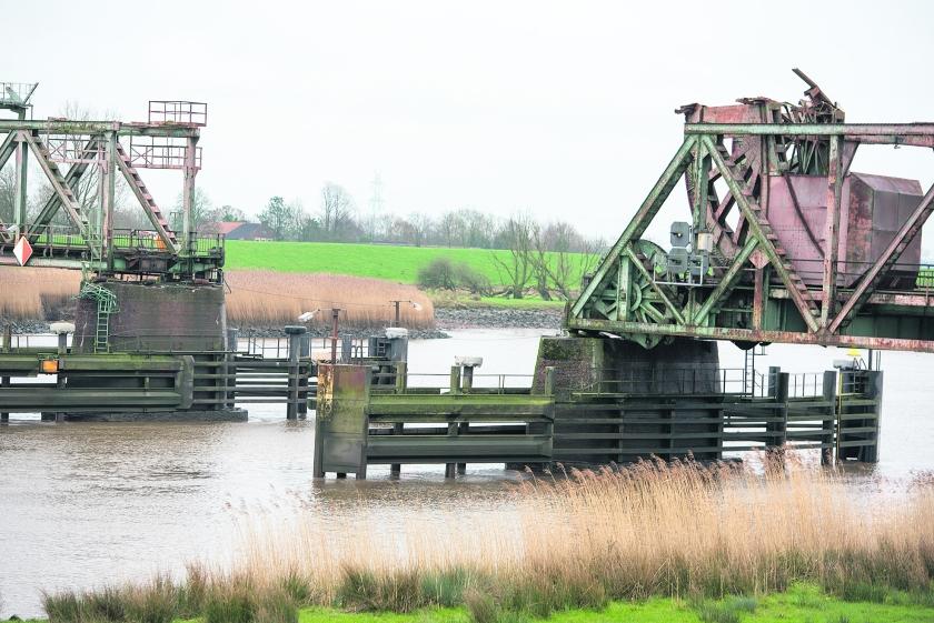 Tussen Groningen en het Duitse Leer rijden geen treinen meer. De spoorrails eindigen abrupt boven de snelstromende Eems.  (anp)