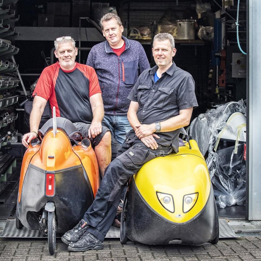 Van links af Erwin, André en Arjan Vrielink van Flevobikes bij hun ligfietsen.