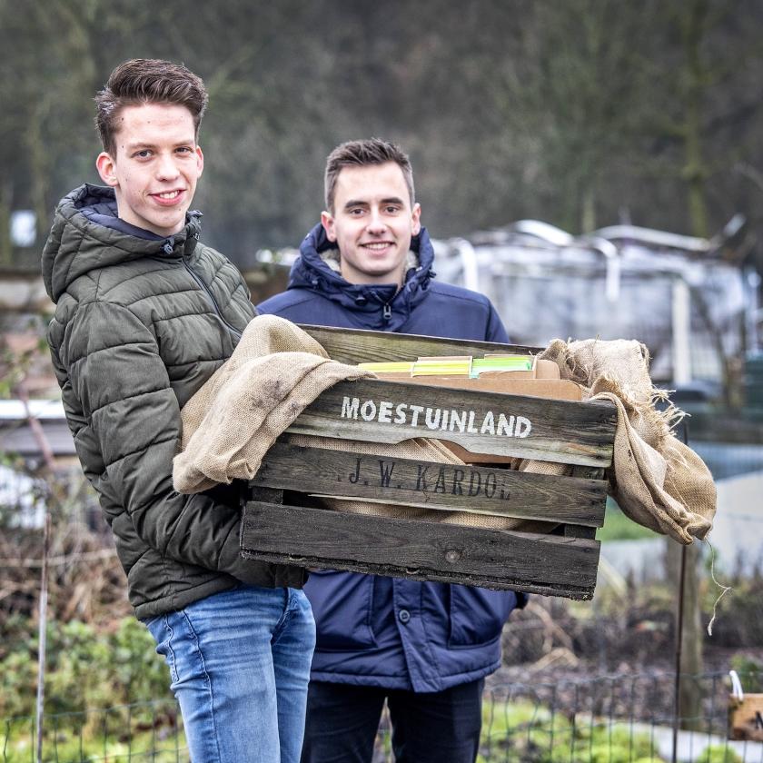 Peter van de Breevaart (links) en Ruben Hilberink van Moestuinland.nl.  (Raymond Rutting)