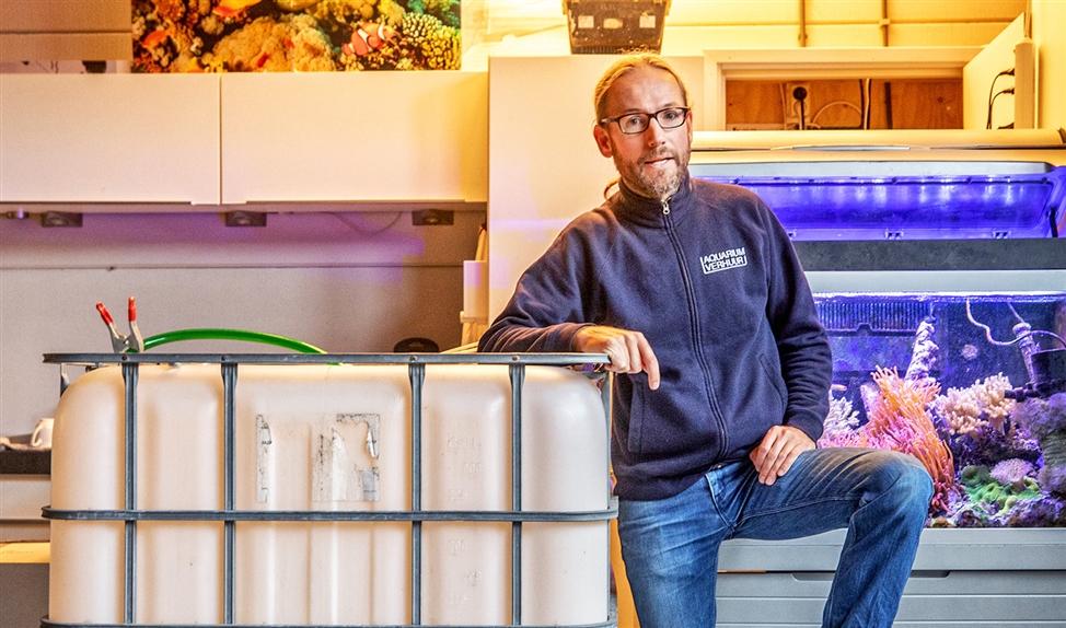 Erik Rood van AquariumVerhuur in zijn bedrijfspand.