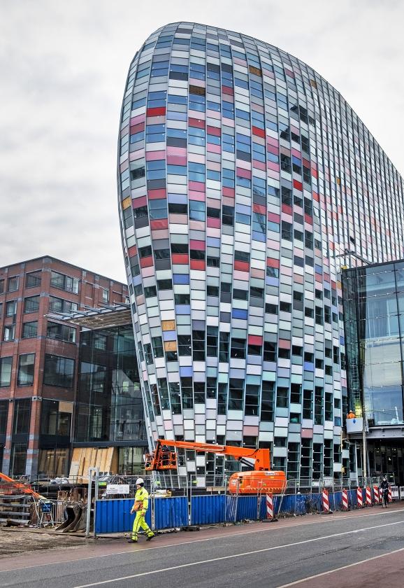 Het nieuwe Poortgebouw in Utrecht. De onderste lagen zijn voor de winkels en horeca in Hoog Catharijne, daarboven komt een hotel.  (vk / Raymond Rutting)