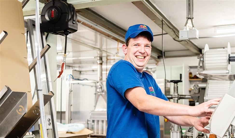 Controle bij de afvulmachine in stroopfabriek Canisius Henssen.  (Katja Poelwijk)
