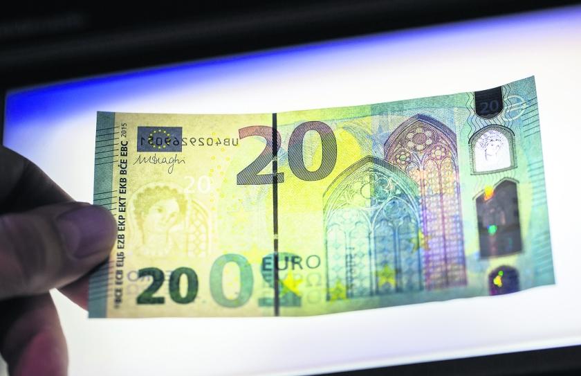 Het nieuwe briefje van 20 is volgens de Europese Centrale Bank heel moeilijk na te maken.  (ap / Frank Rumpenhorst)