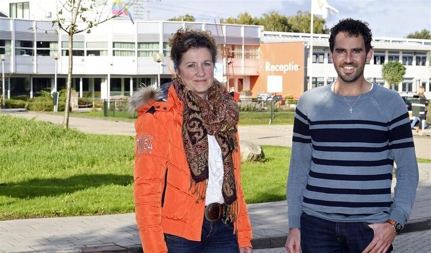 Rieneke van Amerongen en Henk Mulderij voor het asielzoekerscentrum in Hoogeveen. Afgewezen asielzoekers die op straat belanden, worden onder voorwaarden opgevangen door leden van verschillende kerken.  (Boudewijn Benting)