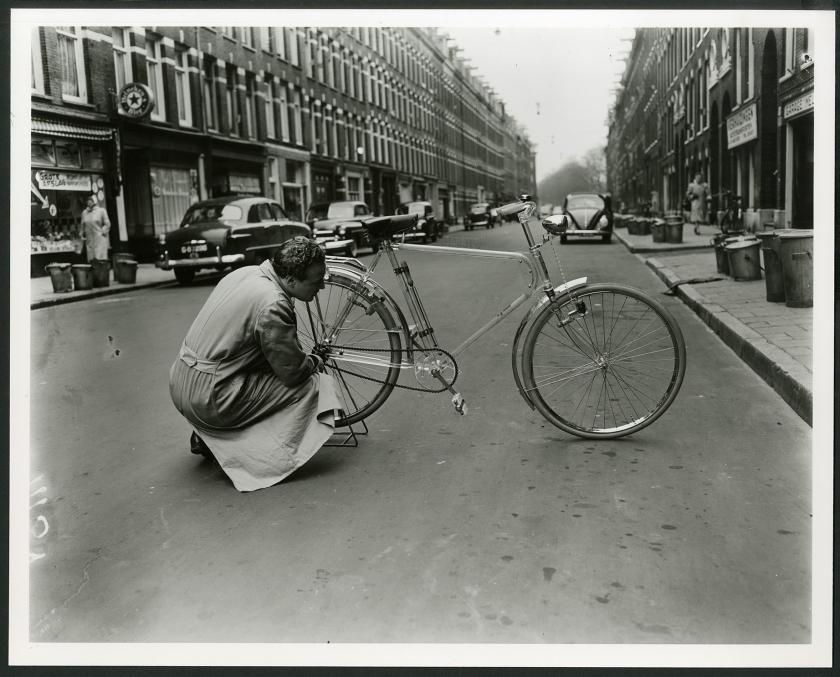 J.B. Kaijser met zijn plastic fiets.  (iisg amsterdam / Ben van Meerendonk.)