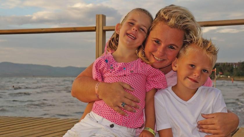 Natasja Geyteman met haar kinderen Noah en Isa. 'Maar Jolie hoort ook bij ons gezin.'  (familie Geyteman)