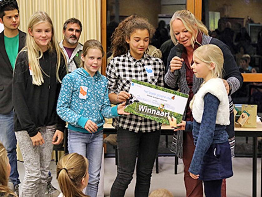 Leerlingen van de Zaaier krijgen de prijs van gedeputeerde Hester Maij.  (de zaaier en de herberg)