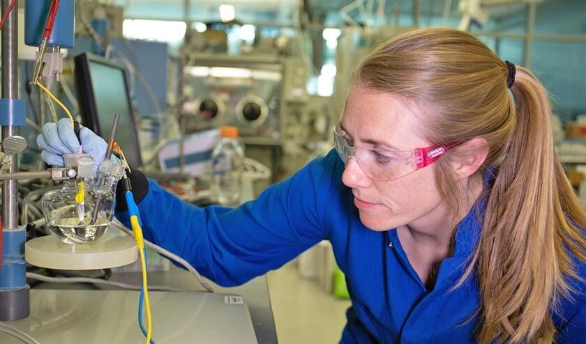 McKenzie Hubert kijkt toe hoe een katalysator bellen van waterstof produceert.  (Jacqueline Orrell / slac national accelerator laboratory)
