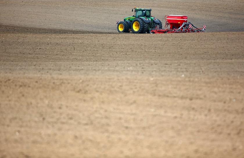 Een Duitse landbouwer voegt kunstmest toe aan zijn land. Er is vooral in de tropen meer fosfaat nodig dan de wereld kan opbrengen.  (ap / Jens Büttner)