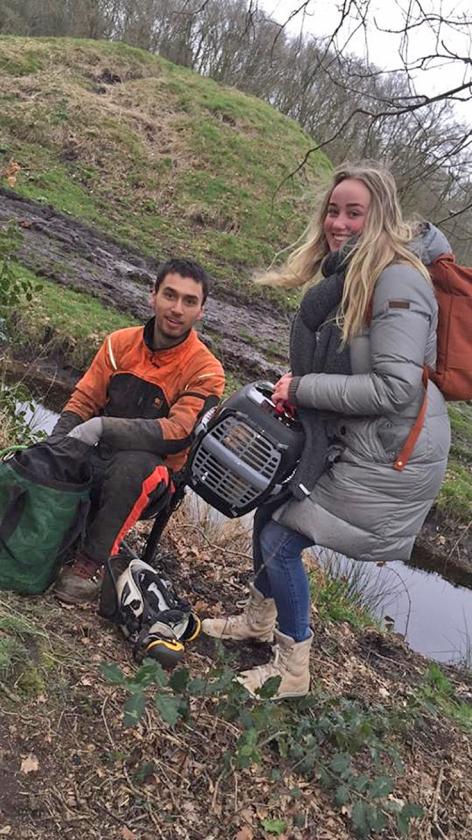 Noëlle Huizinga met haar net  door een boomverzorger uit  zijn benarde positie bevrijde  rode kater Chef.  (nd)