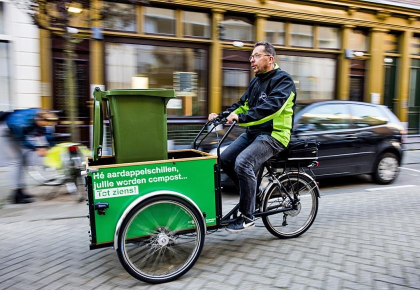 De schillenboer trekt sinds september op een elektrische bakfiets door Rotterdam.  (anp / Marco de Swart)