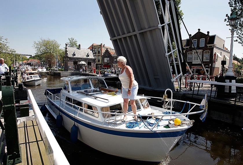 Samendoen met een bootje betekent meer tochtjes.  (anp / Valerie Kuypers, Martijn Beekman en Lex van Lieshout)