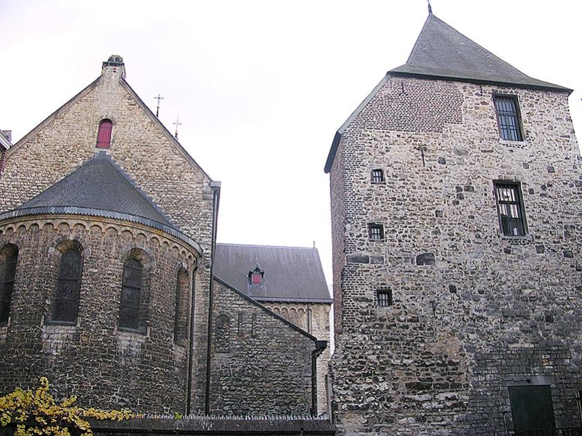 De Pancratiuskerk en de Schelmentoren in Heerlen.  (wikimedia)