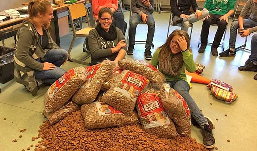 De leerlingen van het Guido in Arnhem zijn door hun docent bedolven onder de pepernoten als goedmakertje.  (Bert Mollema)