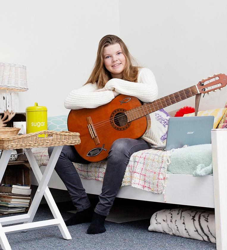 Anne (17): 'Toen ik ouder was, was het afwasrooster verdwenen'   (Dick Vos)