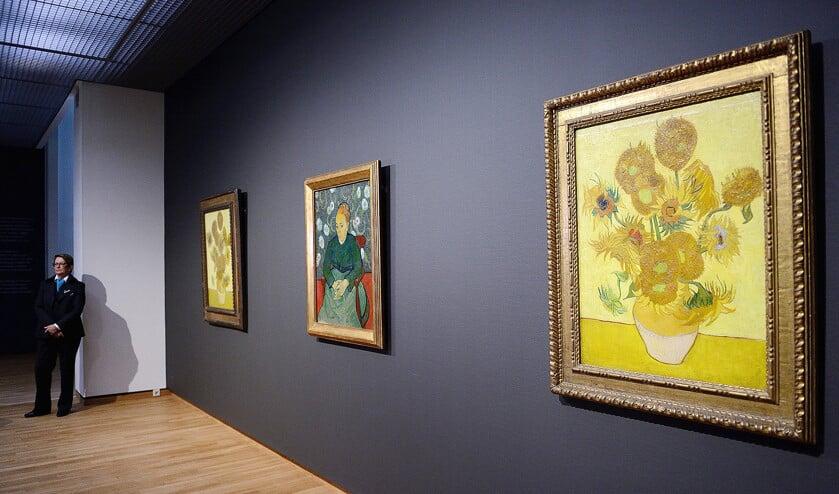 Vincent van Goghs schilderij Vaas met vijftien zonnebloemen in het Van Gogh Museum.  (anp / Lex van Lieshout)