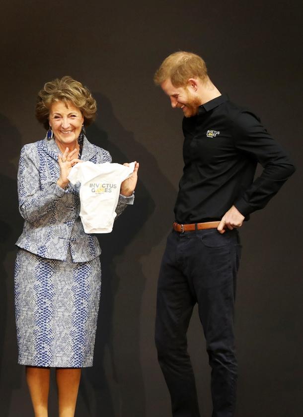 Prins Harry en prinses Margriet, die de Nederlandse ere-ambassadeur is van deze spelen, bij de kick-off van de Invictus Games in Den Haag.   (anp)