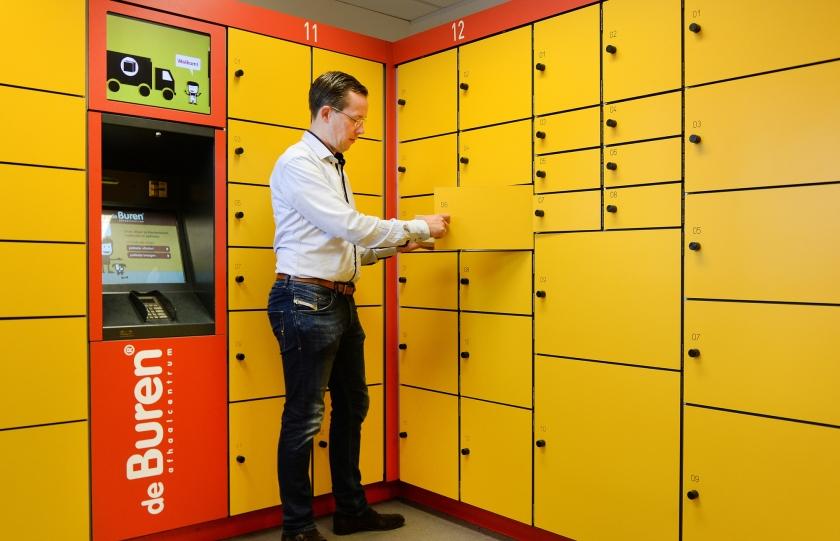 De Buren in Arnhem. Pakketten worden bezorgd in een kluisje, waar ze 24 uur per dag kunnen worden opgehaald.  (Piroschka van de Wouw)