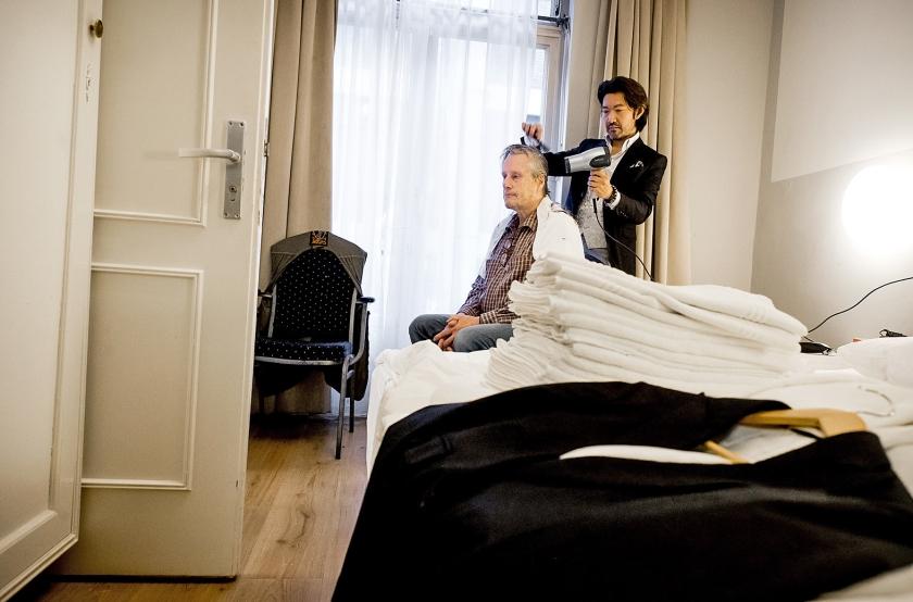 Een dakloze man krijgt een make-over voorafgaand aan het daklozendiner op tweede kerstdag in het Hotel Grand Central in Rotterdam. ZIjn haar werd geknipt en gekamd. Zeker honderd daklozen – die allemaal een make-over kregen – schoven dinsdagavond aan bij het speciale kerstdiner in het hotel. Het was de tweede keer dat het hotel dit evenement organiseerde.  (anp / Koen van Weel)