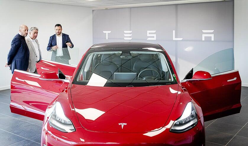 Tesla Model 3. De 'goedkope' versie is alleen in zwart verkrijgbaar. Andere kleuren kosten 1600 tot 2700 euro extra.  (anp / Robin van Lonkhuijsen)